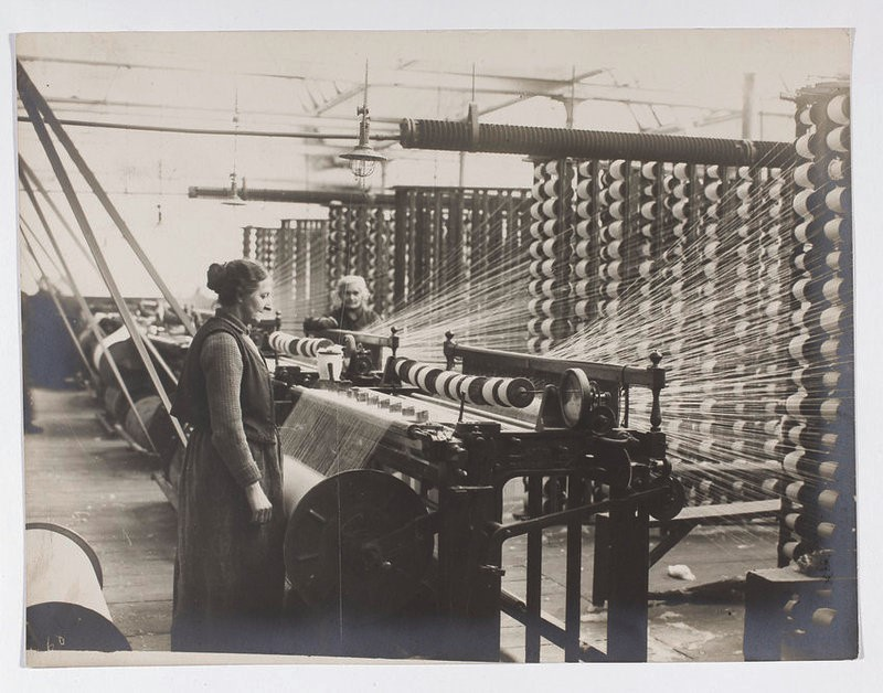 Historical photographs with two women and a spinning machine in factory